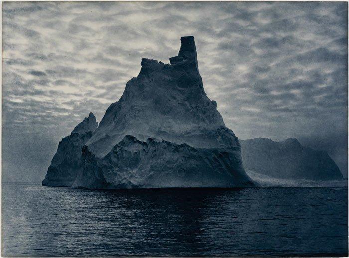 Неверное солнце полярной ночи превращает ледяные острова в сияющие замки изо льда Дуглас Моусон, австралия, антарктида, изучение Антарктики, научная экспедиция, полярные исследователи, поход во льдах, фотосвидетельства