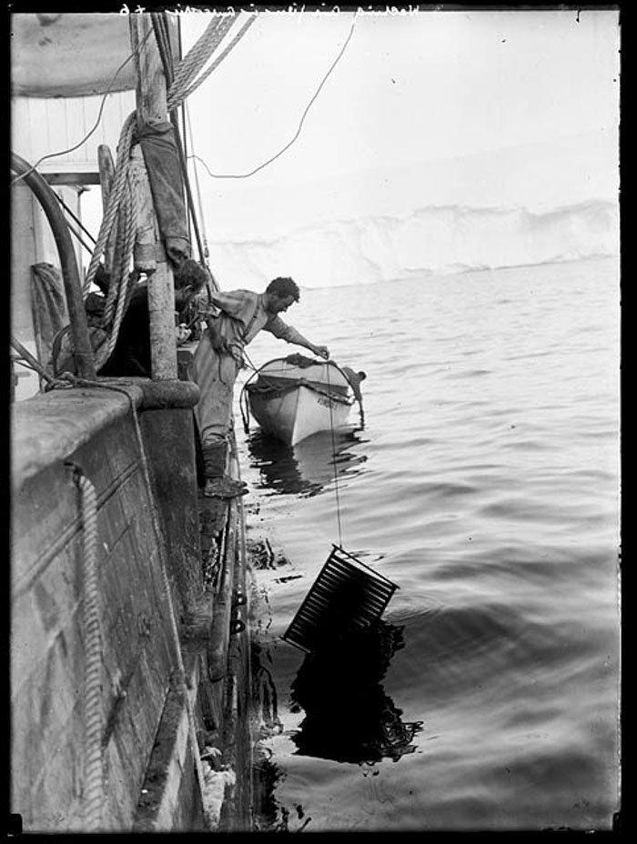 """Фотограф Фрэнк Херли за работой на борту """"Авроры"""" Дуглас Моусон, австралия, антарктида, изучение Антарктики, научная экспедиция, полярные исследователи, поход во льдах, фотосвидетельства"""