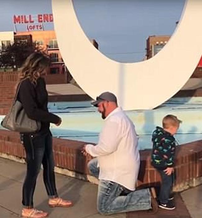 3-летнего Оуэна пока не волнуют любовные дела своей мамы, так что пописать он решил прямо во время помолвки  момент, пара, помолвка, предложение, ребенок, сын, фото