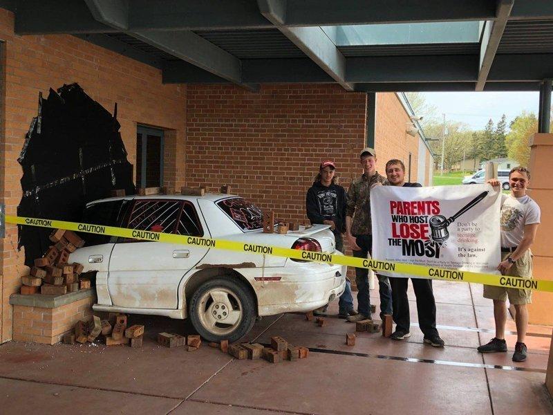 Всё выглядело, так как будто кто-то на машине протаранил здание школы prank, авто, автомобили, директор школы, прикол, розыгрыш, школа, юмор