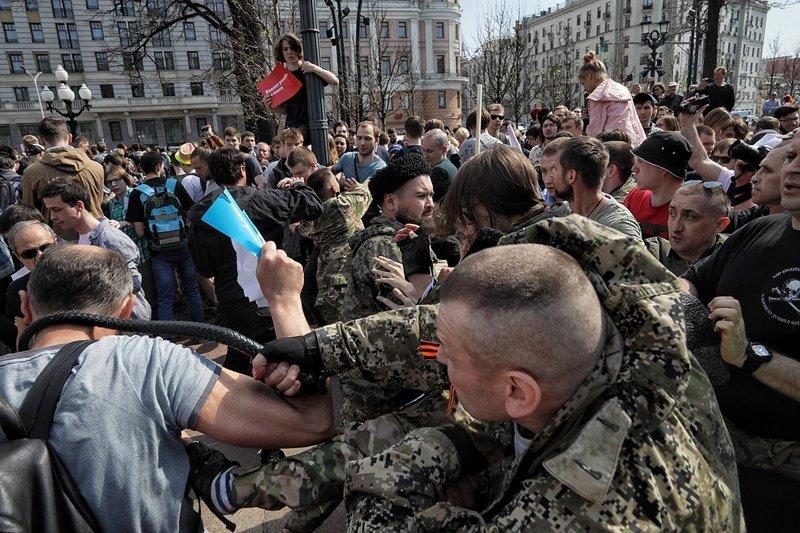 Казаки выпорют нагайками других казаков, которые били людей 5 мая ynews, интересное, казаки, митинг, наказание, обычаи, фото