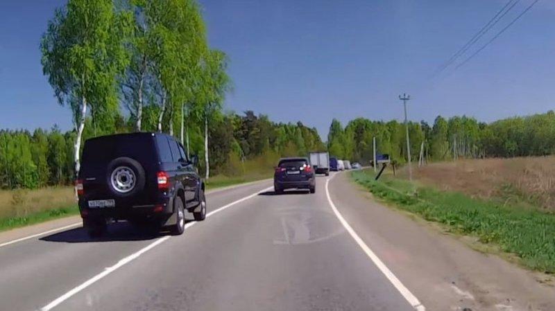 Дерзкая езда по встречное полосе на УАЗе авто, автохам, видео, встречка, карма, обгон, пдд, сплошная, уаз