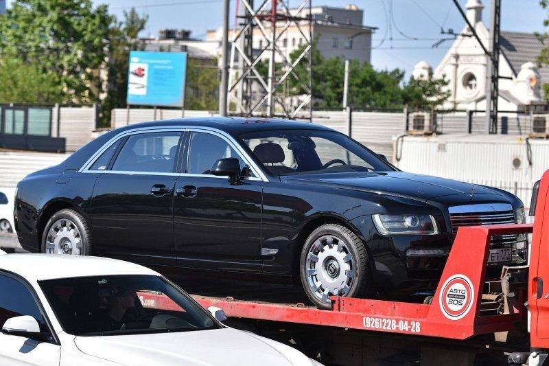 Среди других отличий — оригинальные колесные диски и дверные ручки, более толстый хромированный кант оконной линии, перенесенные в нижнюю часть крыльев боковые «поворотники». rolls-royce, rolls-royce ghost, ЗИЛ-41047, авто, автомобили, зил, кортеж, тюнинг