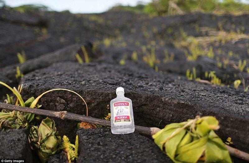 По мнению гавайцев, извержение Килауэа - это проделки богини гавайских вулканов Пеле, которая вернулась, чтобы забрать назад свою землю. Местные оставляют для нее приношения в виде бутылочек с алкоголем. ynews, Килауэа, вулкан, гавайи, извержение вулкана, новости, стихийные бедствия, фото