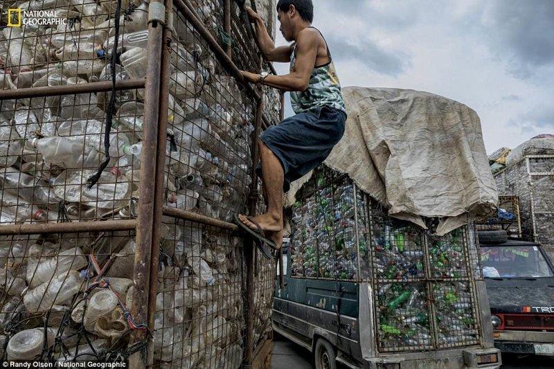 Вагоны пластиковых бутылок на перерабатывающей фабрике в Валенсуэле (Филиппины). Все это было собрано на улицах Манилы national geograhic, загрязнение моря, морские жители, охрана природы, пластик опасен, последствия, эко-система, экология
