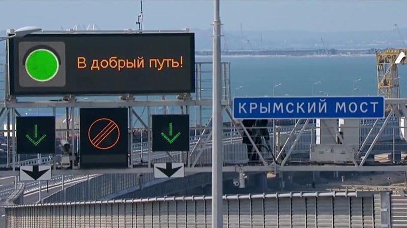 """Накануне, 15 мая, Владимир Путин за рулем """"КамАЗа"""" первым проехал по мосту во главе колонны из 35 машин Крымский мост, дорога, крым, путин, россия, украина"""