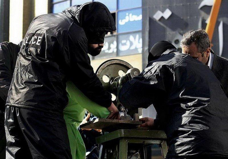 Все происходит публично, на центральной площади и с помощью специального девайса, который громко презентовали в 2013 году. воровство, жизнь, иран, наказание, реальность, факт