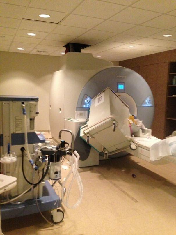 Кто-то забыл, что аппарат МРТ - это гигантский магнит забавно, не повезло, неудачи, плохой день, подборка, провал, фейлы, фото