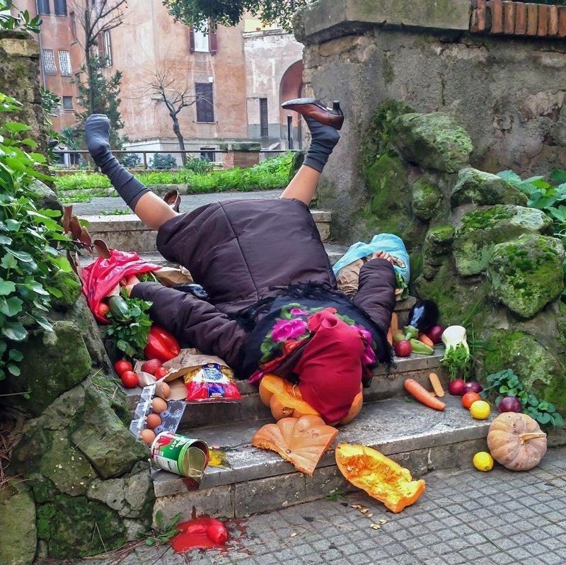 В этой связи сами герои смотрятся как куклы, марионетки, которых просто бросили на землю посреди беспорядка жертвы падения, сандро джордано, фотография, фотопроект