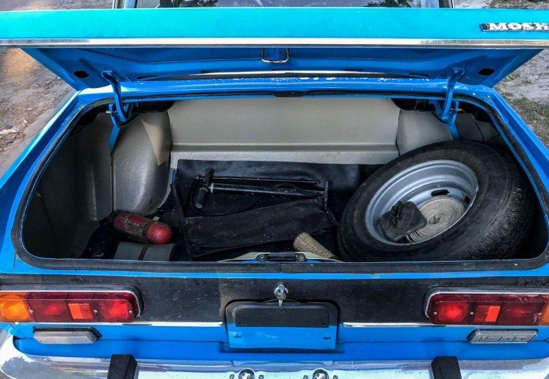 Пластик в багажнике — как новый. А вот запаской уже когда-то пользовались авто, автомобили, азлк, капсула времени, москвич, москвич-2140, олдтаймер, ретро авто