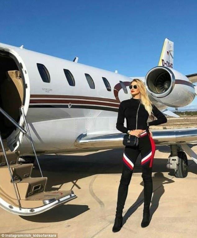 Напоследок - еще одна девушка на фоне частного самолета. Вот такие они, богатые детки Анкары rich kids, Анкара, богатые дети, богатые детишки, инстаграмм, мажоры, образ_жизни, турция