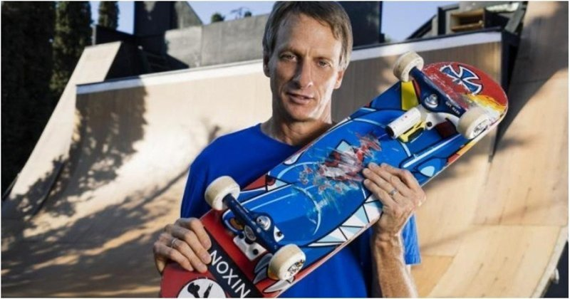 Легендарный скейтбордист Тони Хоук выполнил 50 сложных трюков в честь своего 50-летия видео, скейтборд, скейтбордист, спорт, тони хоук, трюк, юбилей