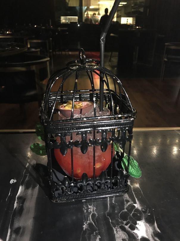 29. Коктейль в клетке блюдо, еда, идея, оригинальность, подача, ресторан, сервировка, странность