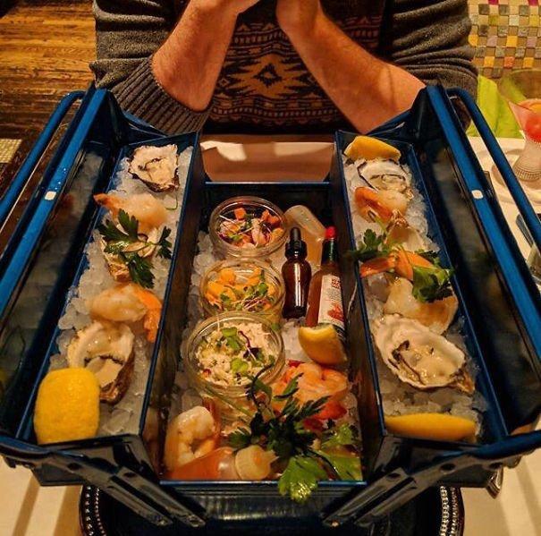 7. Яства в коробке для инструментов блюдо, еда, идея, оригинальность, подача, ресторан, сервировка, странность