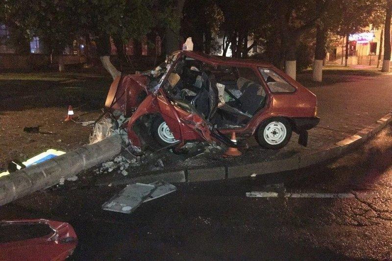 """Авария дня. В центре Пскова """"девятка"""" врезалась в столб, водитель погиб авария, авария дня, авто, авто авария, ваз, видео, дтп, смертельное дтп"""