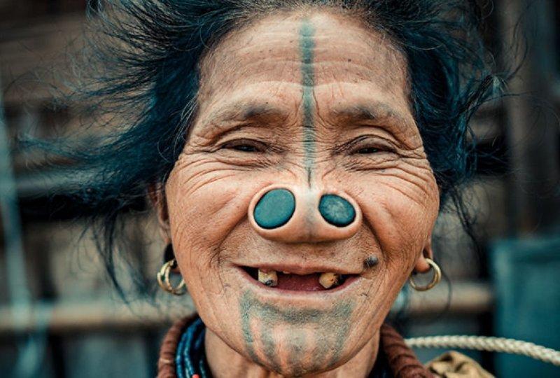 Веселый дух последних представительниц племени апатани с пробками в носу апатани, женщина, индия, народ, портрет, традиция, фотография, фотомир