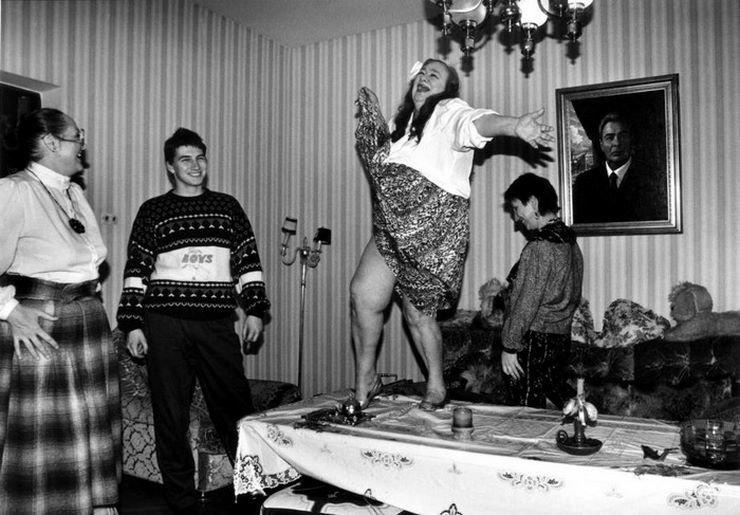 Галина Брежнева танцует у себя дом на столе, начало 1990-х 90-е годы, СССР, жизнь, ностальгия, фото