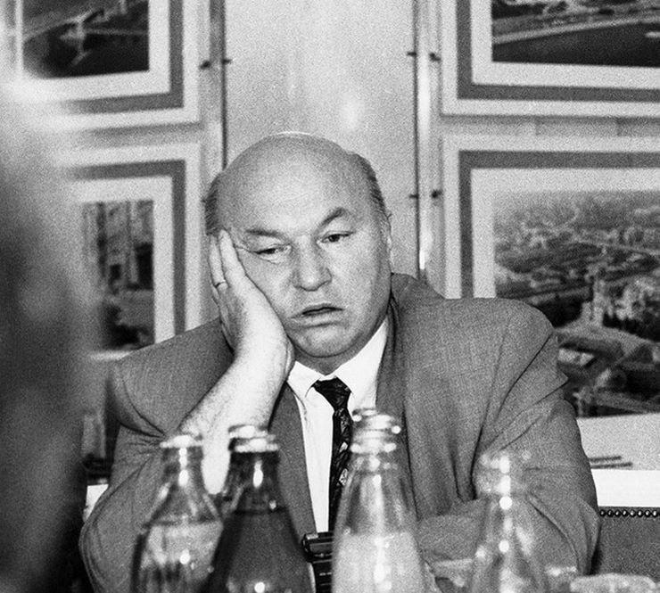 Юрий Лужков в задумчивости на приеме в «Инкомбанке», 1993 год 90-е годы, СССР, жизнь, ностальгия, фото