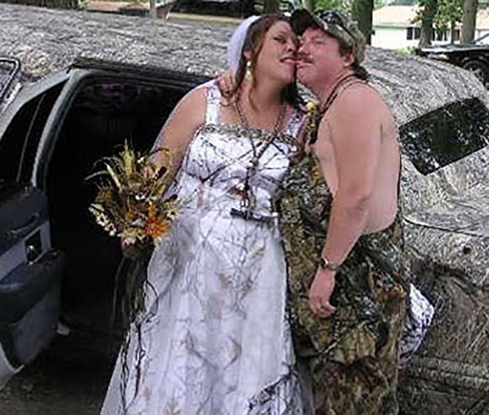 16. Эта пара выбрала камуфляж в качестве свадебной темы Невеста креатив, наряд, невеста, нелепые, платье, свадебное платье, свадьба, странная одежда