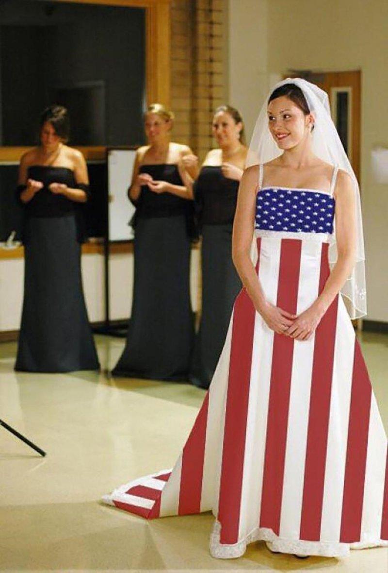 3. Эта невеста выступила очень патриотично Невеста креатив, наряд, невеста, нелепые, платье, свадебное платье, свадьба, странная одежда