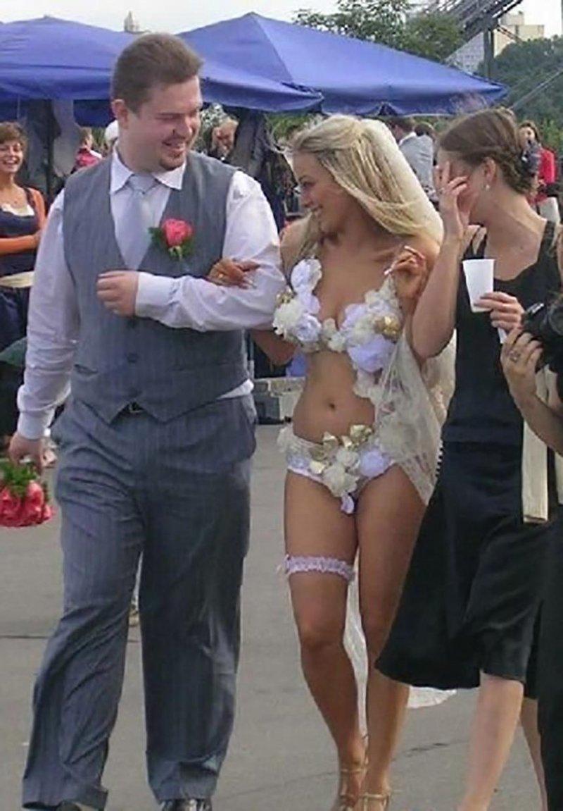 2. Еще одно смелое решение в плане экономии: зачем шить платье, если можно выйти замуж в нижнем белье? Невеста креатив, наряд, невеста, нелепые, платье, свадебное платье, свадьба, странная одежда