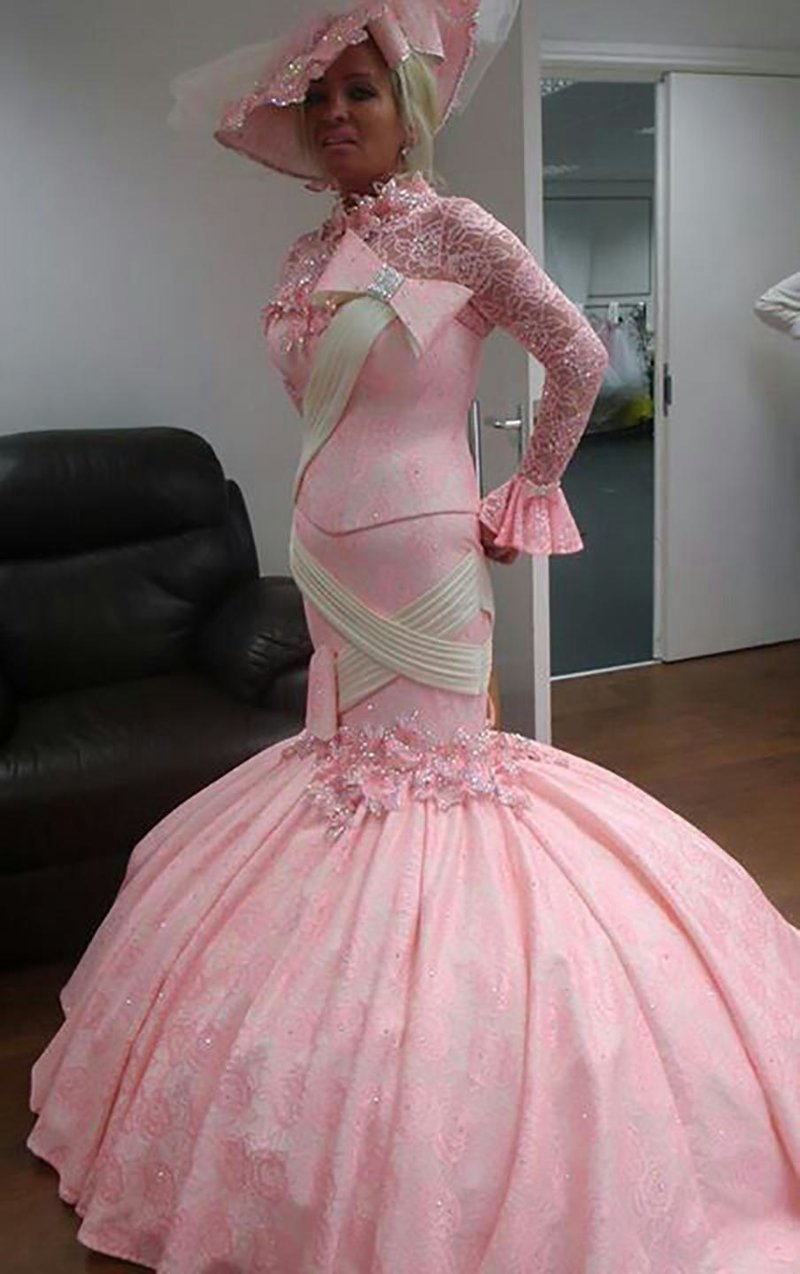 19. Розовый тоже пользуется популярностью... Невеста креатив, наряд, невеста, нелепые, платье, свадебное платье, свадьба, странная одежда