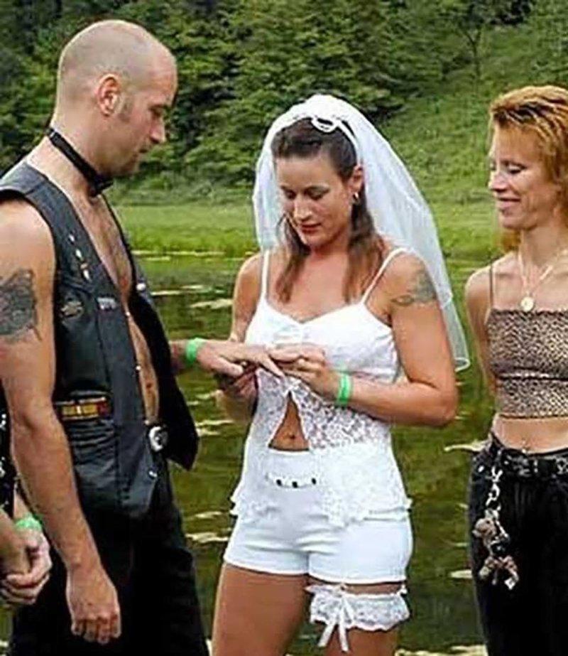 12. Белые шорты - чем не свадебный наряд? Невеста креатив, наряд, невеста, нелепые, платье, свадебное платье, свадьба, странная одежда