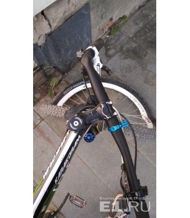 В Екатеринбурге парни на BMW, объезжая пробку по тротуару, избили битой велосипедиста и помяли ему к bmw, авария, велоавария, екатеринбург