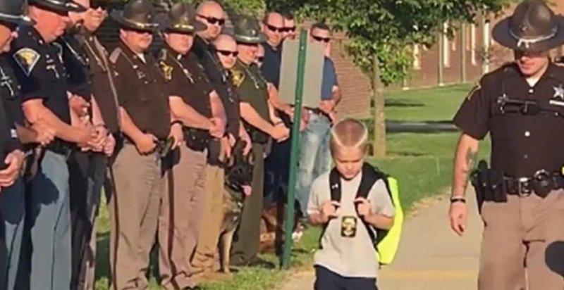 Мальчика некому было отвести в школу, и он попросил об этом коллег отца в мире, дети, история, люди, полиция, школа
