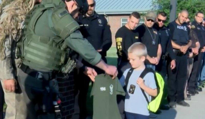 Подразделение SWAT также подарило мальчику свою футболку в мире, дети, история, люди, полиция, школа