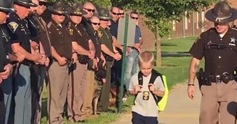 Под громкие аплодисменты 70 полицейских проводили мальчика в школу в мире, дети, история, люди, полиция, школа