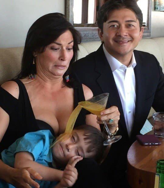 Тебе же сказали, что тетя не любит держать детишек на коленях! дети, детишки и проблемы, детские неожиданности, забавно, затруднительное положение, нестандартная ситуация, отцы и дети, родители