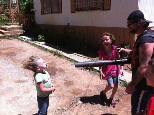 Малыш хотел помочь убраться во дворе - вот и помог: ведь смех добавляет сил! дети, детишки и проблемы, детские неожиданности, забавно, затруднительное положение, нестандартная ситуация, отцы и дети, родители