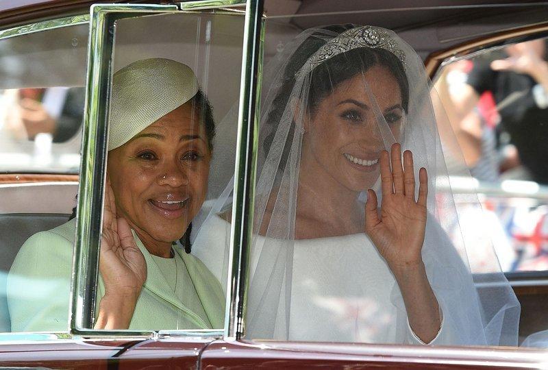 Меган вместе с матерью приветствуют восторженную толпу Megan, великобритания, гарри, знаменитости, принцесса, свадьба, фотография