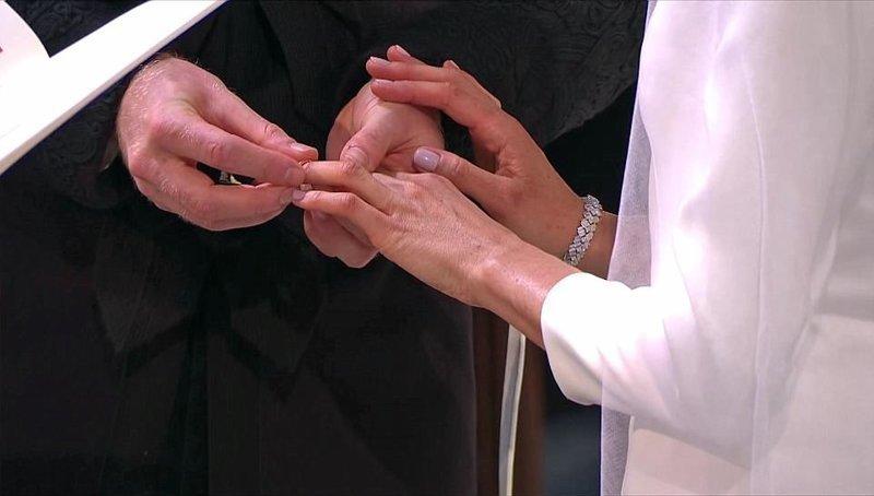 Гарри надевает Меган обручальное кольцо, подаренное королевой  Megan, великобритания, гарри, знаменитости, принцесса, свадьба, фотография