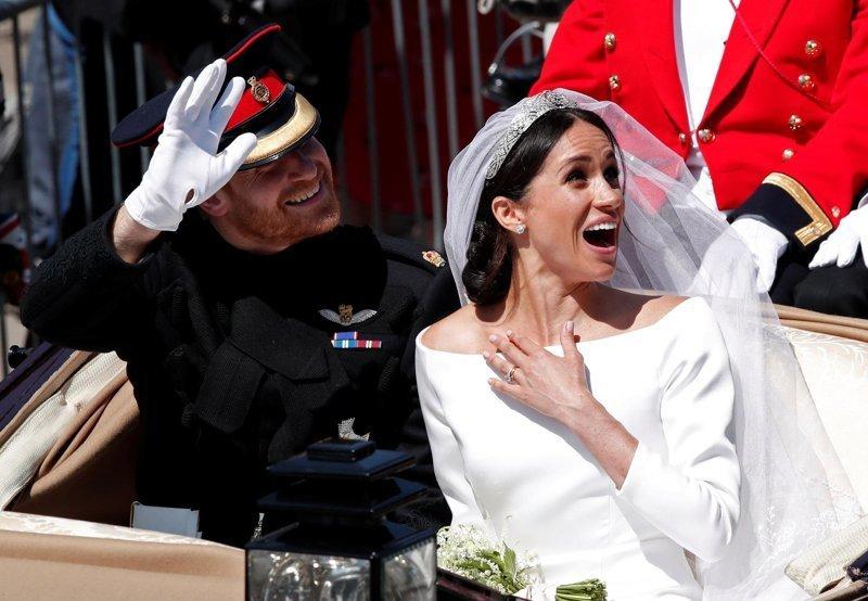 Молодожены покидают часовню в Виндзоре  Megan, великобритания, гарри, знаменитости, принцесса, свадьба, фотография