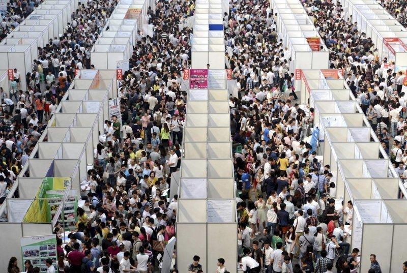 10. Павильоны ярмарки вакансий в Чунцине. китай, личное пространство, перенаселенность, повседневность, толпа, фото