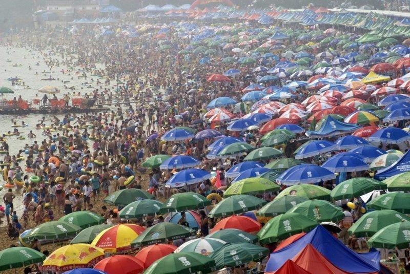 14. Отдых на пляже в Даляне (провинция Ляонин). китай, личное пространство, перенаселенность, повседневность, толпа, фото