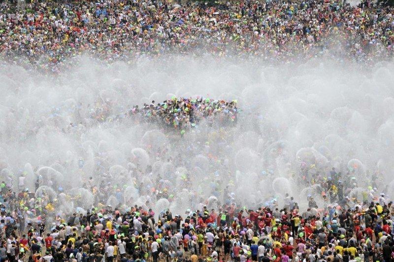 16. Поливание водой в честь празднования Нового года среди дайцев в Сишуанбаньна-Дайском автономном округе (провинция Юньнань). китай, личное пространство, перенаселенность, повседневность, толпа, фото