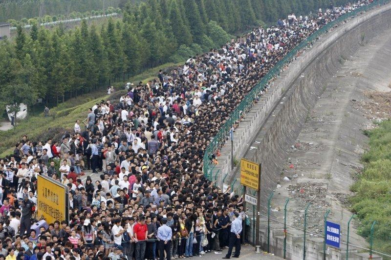 18. Очередь для наблюдения за приливом на реке Фучуньцзян. китай, личное пространство, перенаселенность, повседневность, толпа, фото