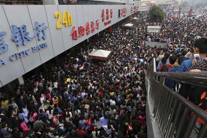 7. Первый день «Золотой недели» - праздника в честь основания КНР. У входа в вокзал Чжэнчжоу. китай, личное пространство, перенаселенность, повседневность, толпа, фото