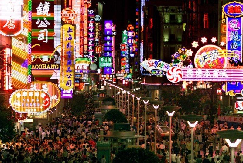 19. Одна из улиц в центре Шанхая. китай, личное пространство, перенаселенность, повседневность, толпа, фото