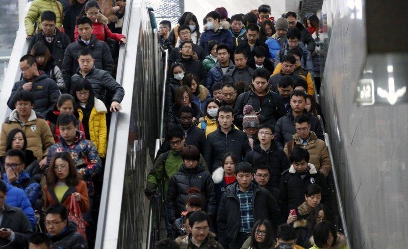 4. Час пик на одной из станций метро (или, проще сказать, на любой) в Пекине. китай, личное пространство, перенаселенность, повседневность, толпа, фото