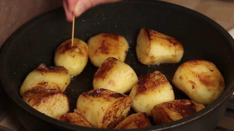 Секс видео пока парень чистил картошку