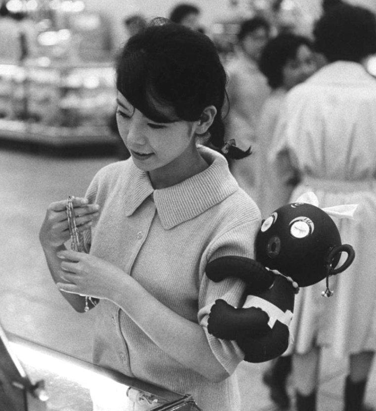 Дакко Чан на руке хозяйки. Япония, 1960 год истории, любопытно, люди и мир, новый взгляд, познавательно, репортажные снимки, фото, фотографии
