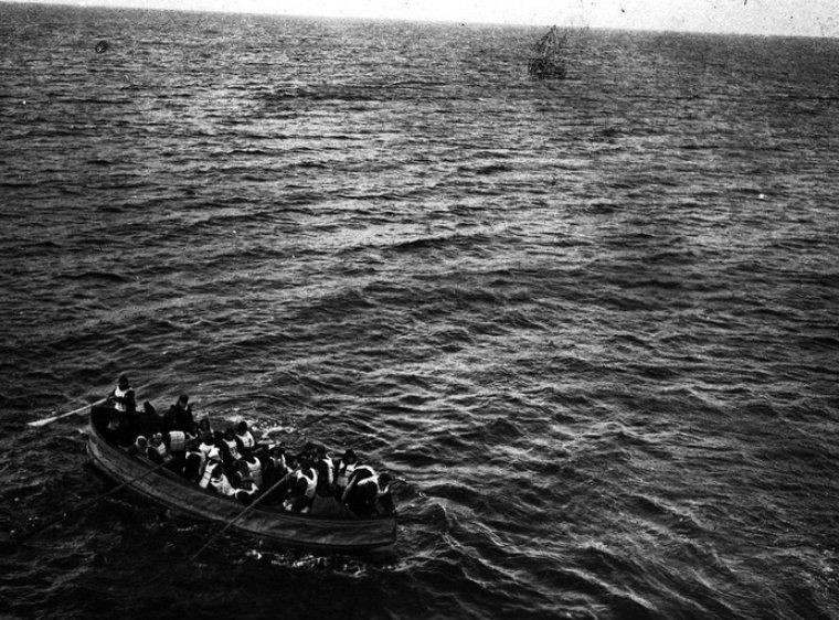 """Шлюпка с выжившими пассажирами """"Титаника"""" подходит к судну """"Карпатия"""". 15 авпреля 1912 года истории, любопытно, люди и мир, новый взгляд, познавательно, репортажные снимки, фото, фотографии"""