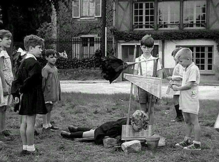 Дети играют с игрушечной гильотиной. Франция, 1959 год истории, любопытно, люди и мир, новый взгляд, познавательно, репортажные снимки, фото, фотографии
