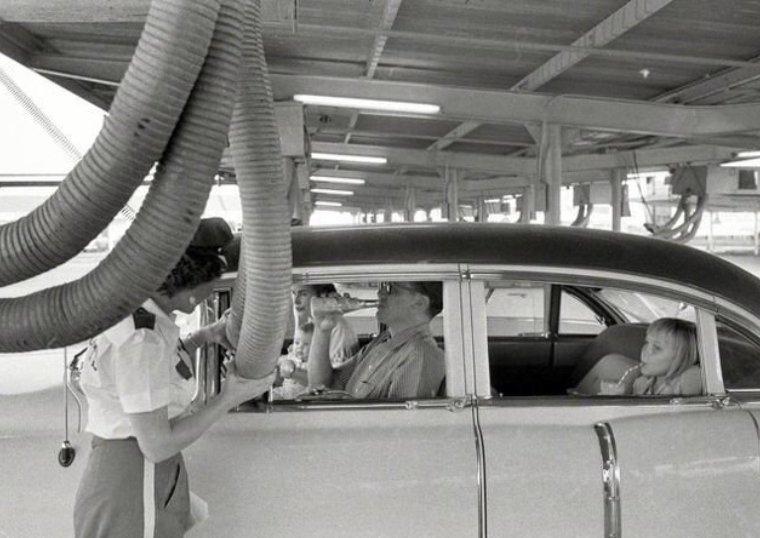 В жаркую погоду сотрудники ресторана быстрого обслуживания подают холодный воздух в машину ожидающего заказа клиента. Техас, 1957 истории, любопытно, люди и мир, новый взгляд, познавательно, репортажные снимки, фото, фотографии