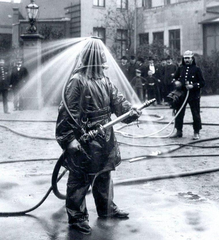 Демонстрация шлема для пожарных новой конструкции. Германия, 1900-е годы истории, любопытно, люди и мир, новый взгляд, познавательно, репортажные снимки, фото, фотографии
