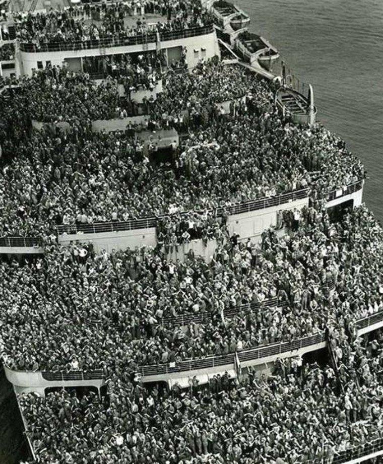 """Транспортный корабль """"Квин Элизабет"""" доставляет американских солдат из Европы в Нью-Йорк после окончания II Мировой войны истории, любопытно, люди и мир, новый взгляд, познавательно, репортажные снимки, фото, фотографии"""